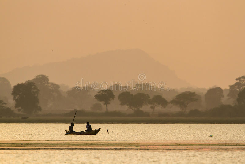 Pescadores tradicionais na lagoa da baía de Arugma, Sri Lanka fotografia de stock