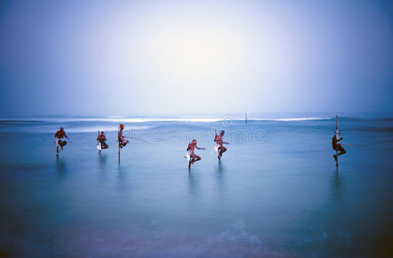 Pescadores tradicionales Sri Lanka del zanco sobre concepto del agua fotos de archivo libres de regalías