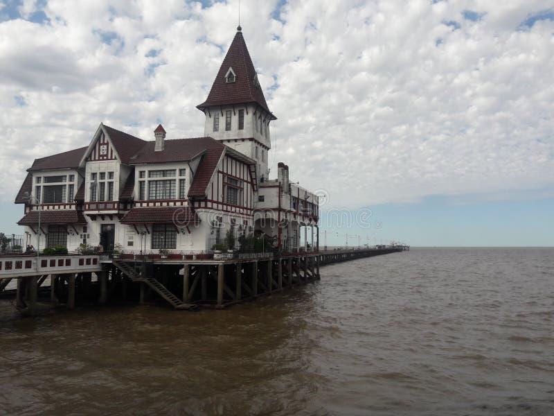 Pescadores y la Casa Club x27 en el muelle en la costa argentina de Buenos Aires fotos de archivo libres de regalías