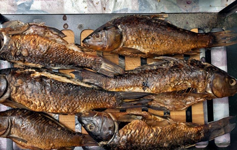 Pescados ahumados acabados en la parrilla imagen de archivo