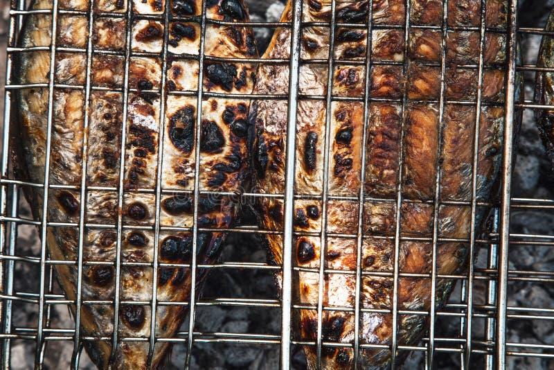 Pescados asados a la parilla fotos de archivo