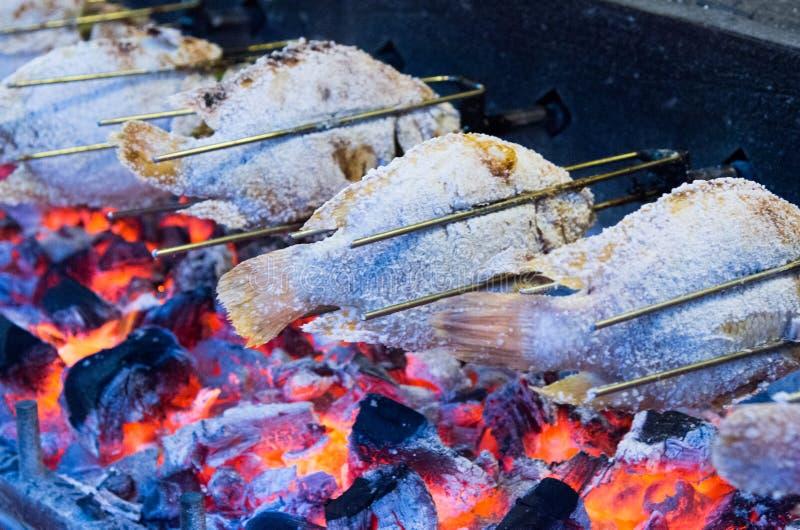 Pescados asados a la parrilla con las llamas imágenes de archivo libres de regalías