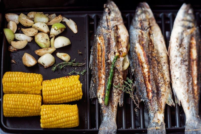 Pescados asados a la parrilla con las verduras imagen de archivo libre de regalías