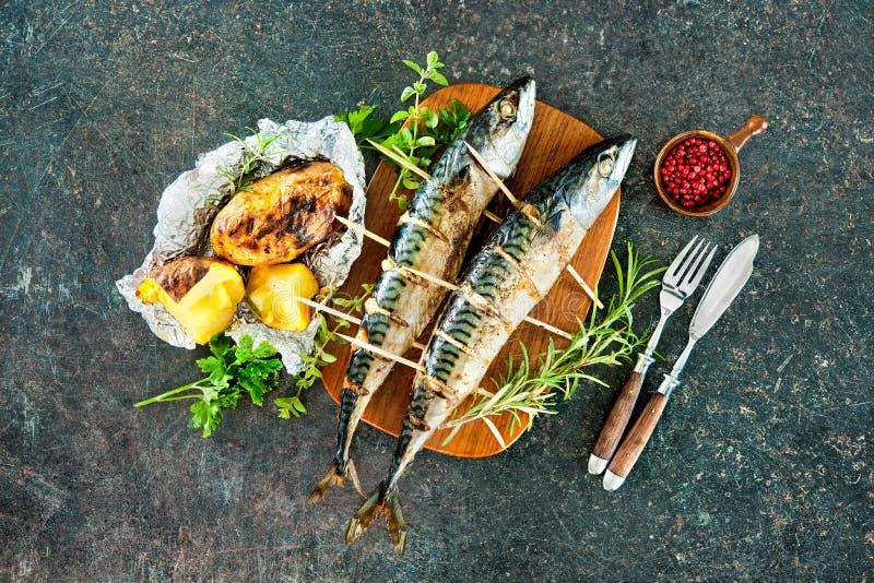 Pescados asados a la parrilla de la caballa con las patatas cocidas imagen de archivo