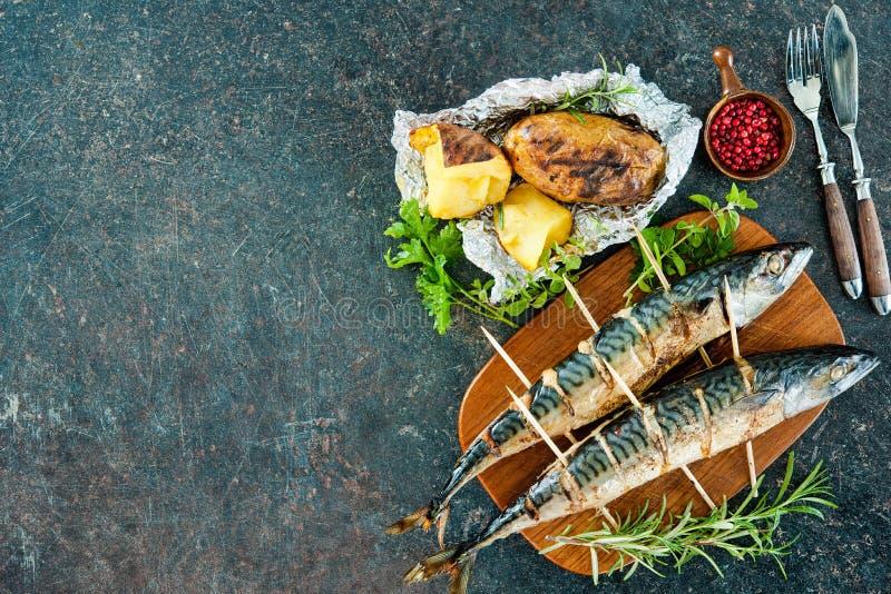 Pescados asados a la parrilla de la caballa con las patatas cocidas fotos de archivo