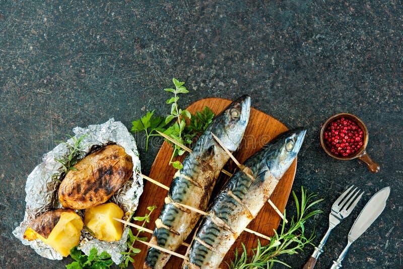 Pescados asados a la parrilla de la caballa con las patatas cocidas foto de archivo libre de regalías