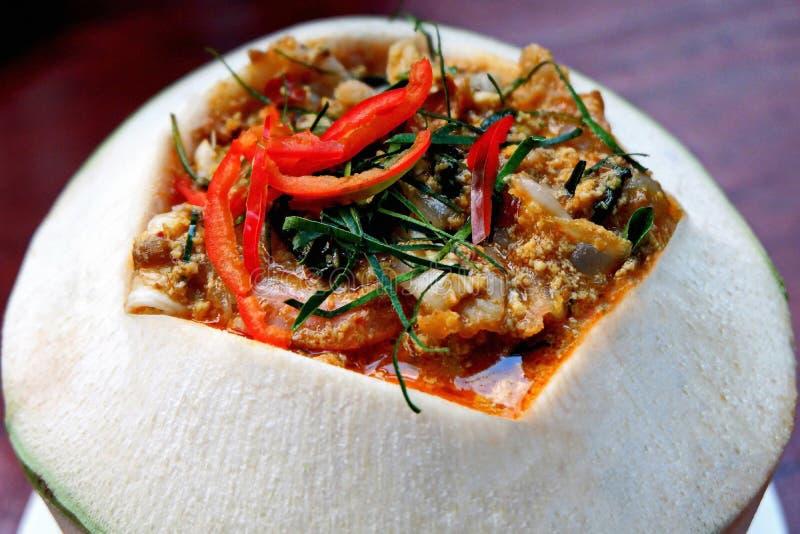 Pescados cocidos al vapor con goma del curry en el coco Shell imagenes de archivo