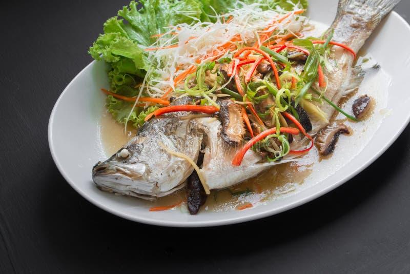 Pescados cocidos al vapor de los mordedores en salsa de soja Alimentos tailandeses imagenes de archivo