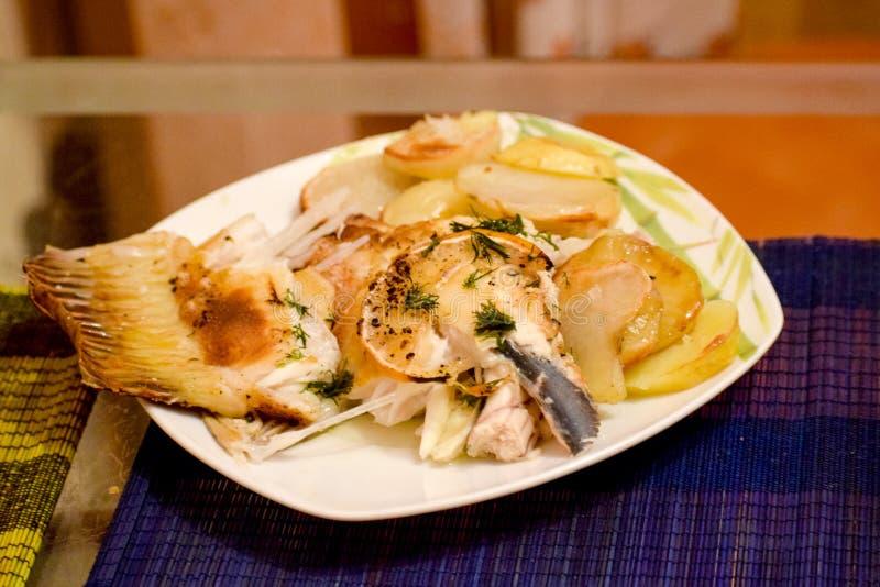 Pescados cocidos de la platija con las patatas fotos de archivo