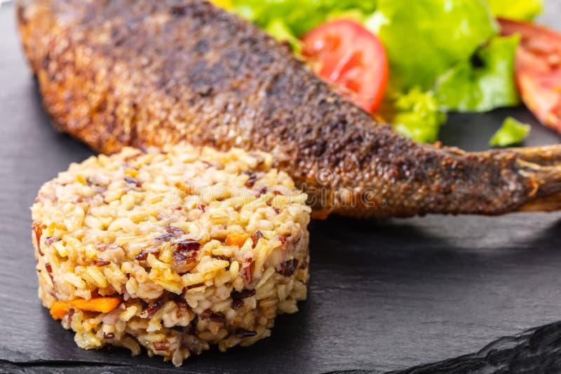 Pescados cocinados con arroz fotografía de archivo libre de regalías