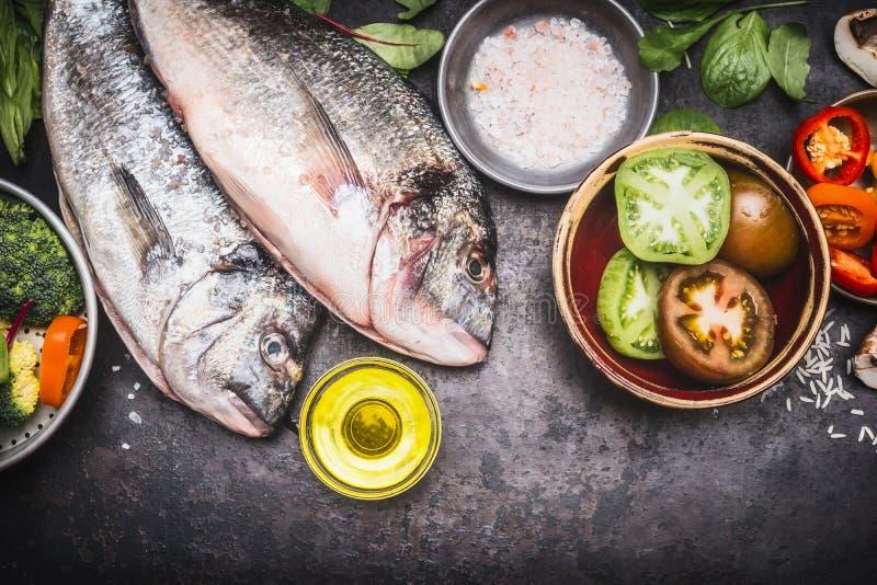 Pescados crudos con las verduras, la comida sana y la dieta cocinando concepto imágenes de archivo libres de regalías