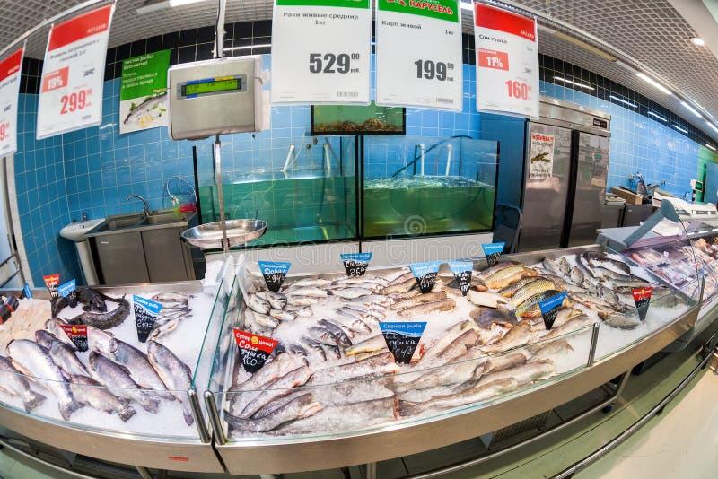 Pescados crudos listos para la venta en el hipermercado Karusel fotografía de archivo