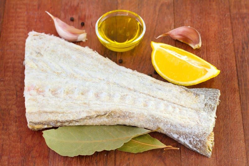 Pescados de bacalao con el romero, aceite foto de archivo libre de regalías