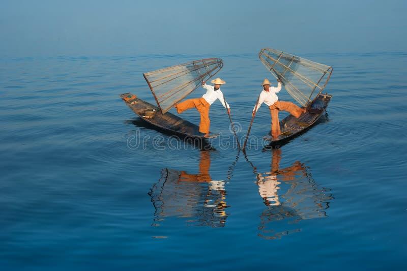 Pescados de cogida del pescador birmano de la manera tradicional Lago Inle, Myanmar foto de archivo