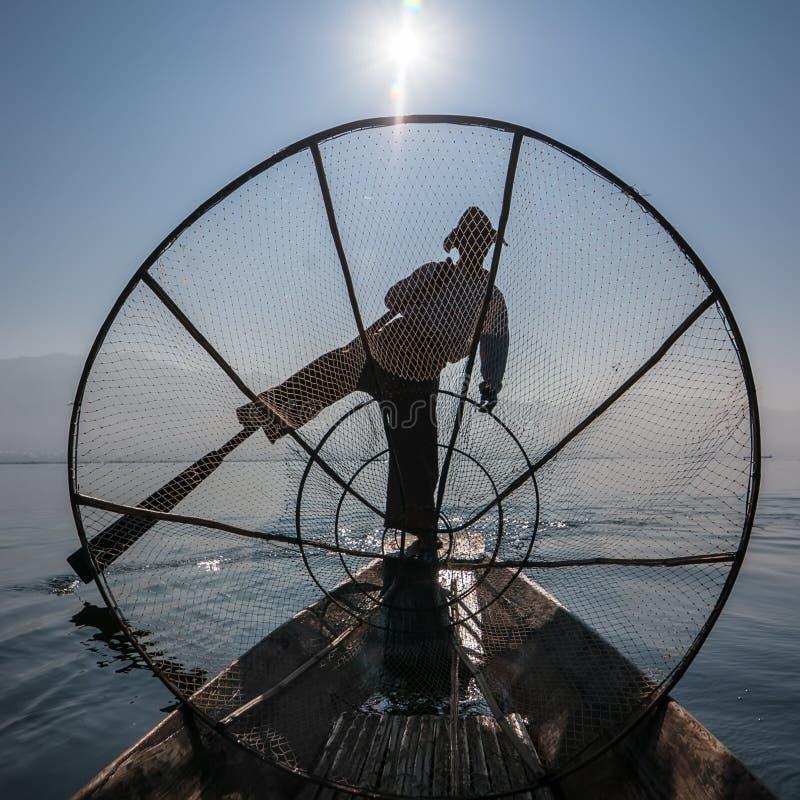 Pescados de cogida del pescador birmano de la manera tradicional Lago Inle, Myanmar imagen de archivo libre de regalías