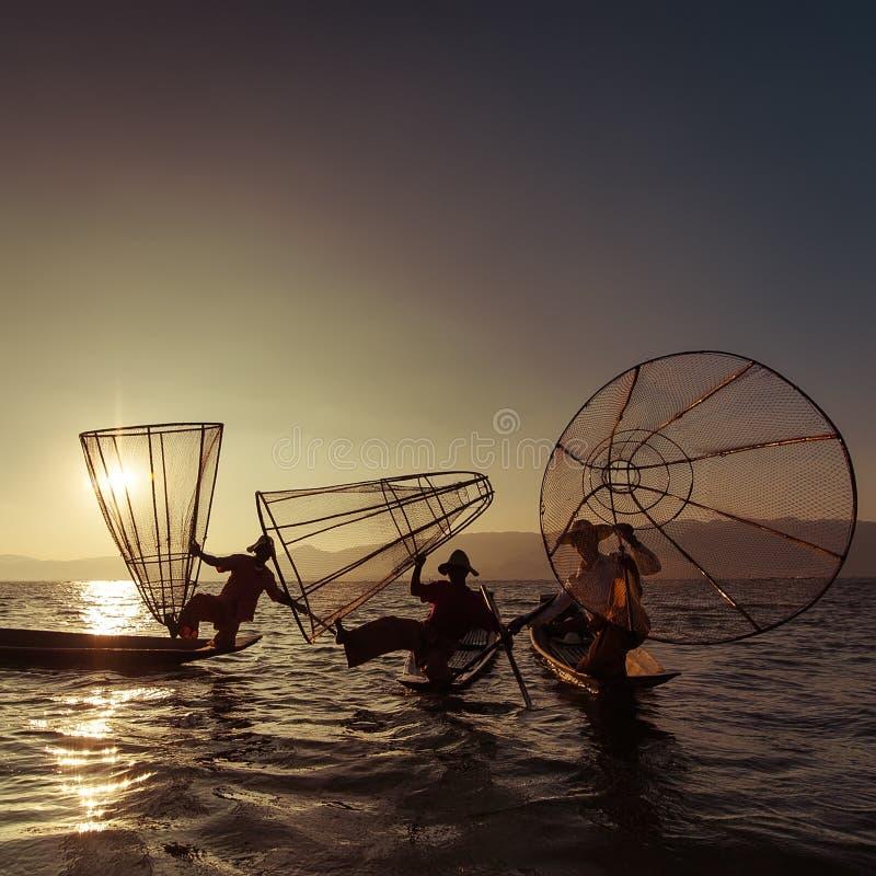 Pescados de cogida del pescador birmano de la manera tradicional Lago Inle, Myanmar imagen de archivo