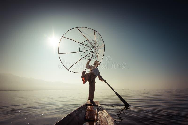 Pescados de cogida del pescador birmano de la manera tradicional Lago Inle, Myanmar fotografía de archivo libre de regalías