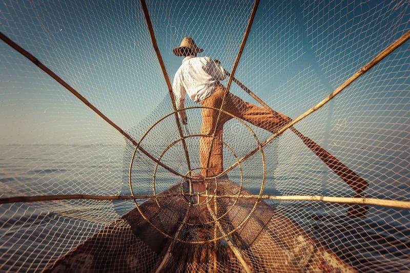 Pescados de cogida del pescador birmano de la manera tradicional Lago Inle, Myanmar imagenes de archivo