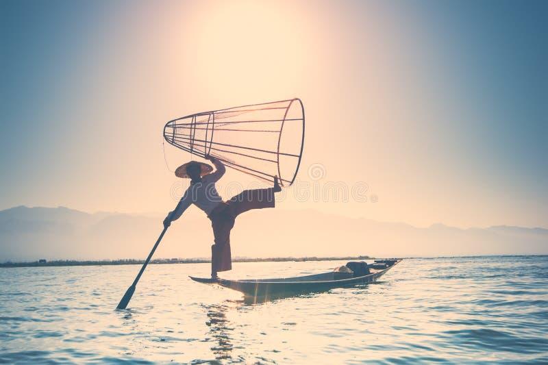 Pescados de cogida del pescador birmano de la manera tradicional Lago Inle, Myanmar fotos de archivo libres de regalías
