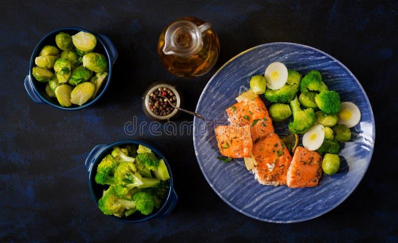 Pescados de color salmón cocidos adornados con bróculi y las coles de Bruselas con el puerro foto de archivo libre de regalías