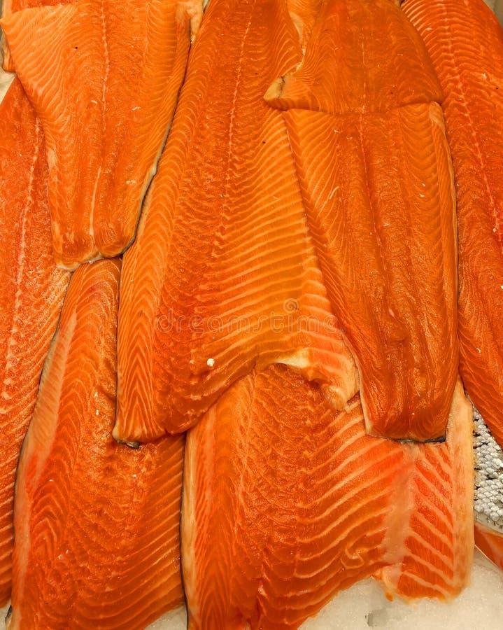 Pescados de color salmón en el carnicero fotos de archivo