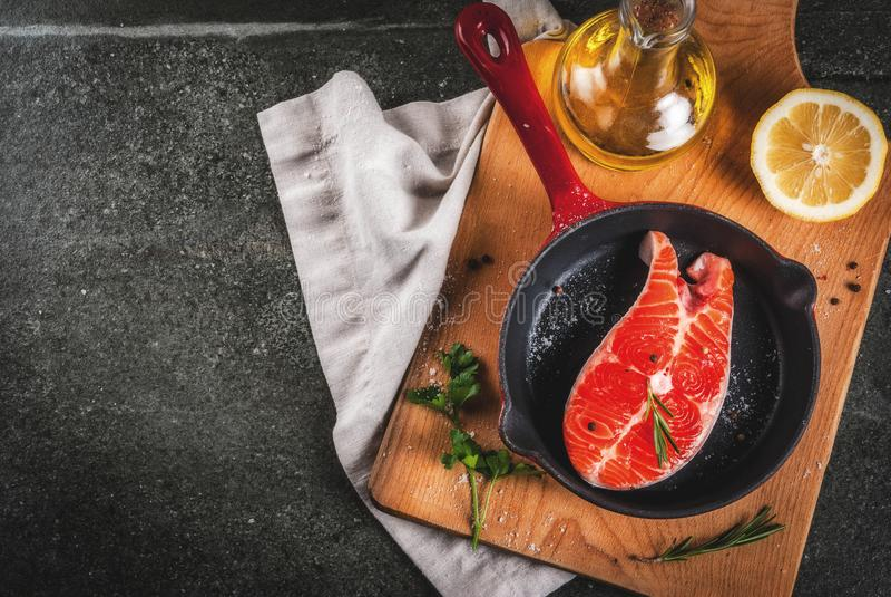 Pescados de color salmón frescos crudos imagenes de archivo