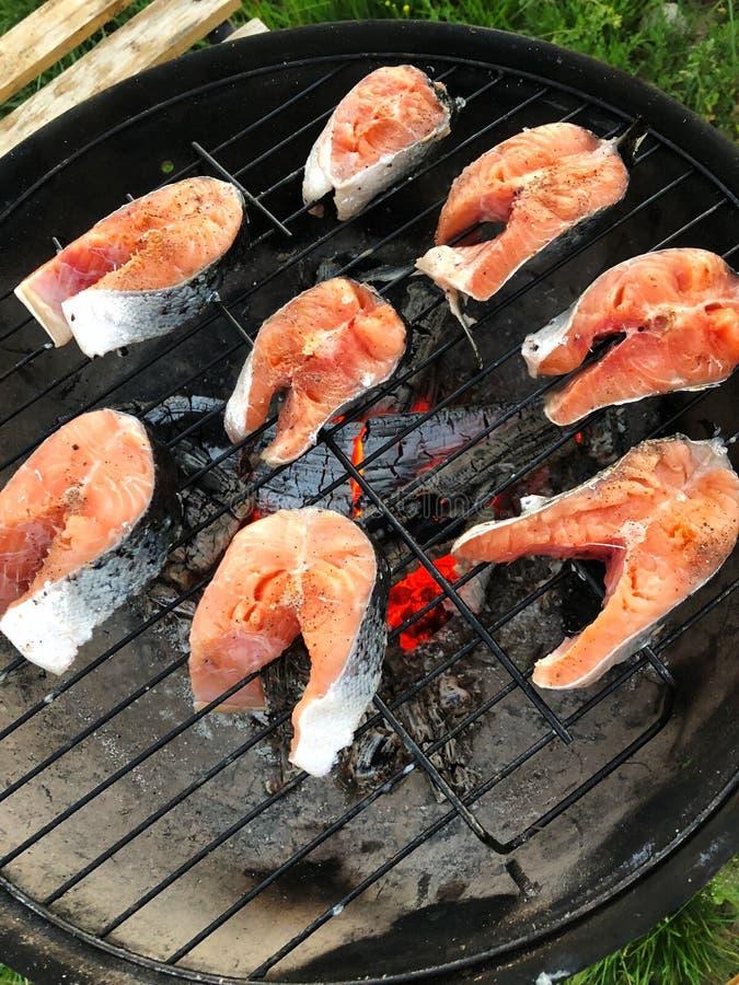 Pescados de color salmón de los filetes frescos asados a la parrilla para la cena imagen de archivo
