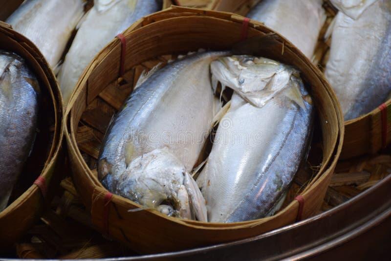 Pescados de la caballa en cesta de bambú redonda foto de archivo