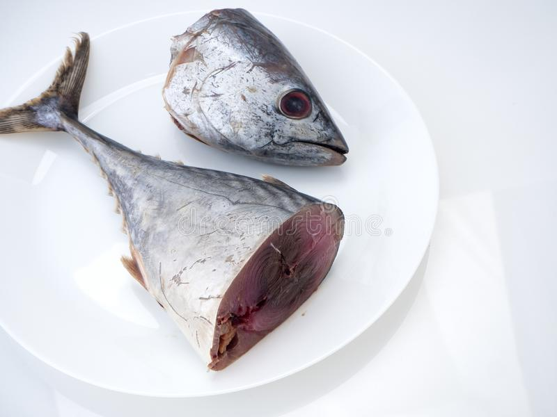 Pescados &#x28 de la caballa; saba fish) en el fondo blanco imágenes de archivo libres de regalías