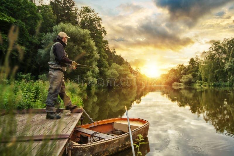 Pescados de la caza del pescador del deporte Pesca al aire libre en el río imágenes de archivo libres de regalías