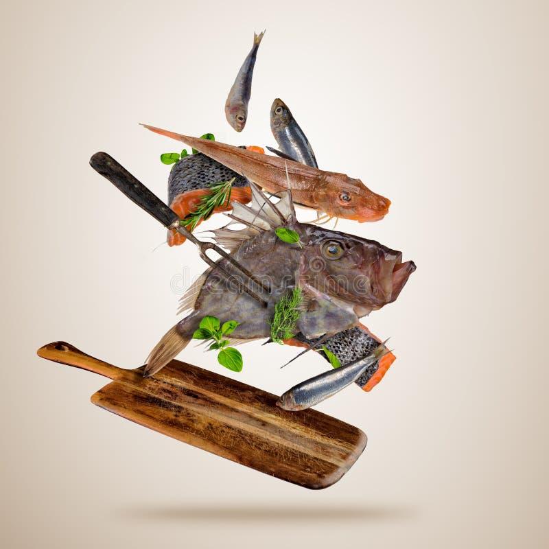 Pescados de mar frescos con las especias que caen, volando sobre el tablero de madera stock de ilustración