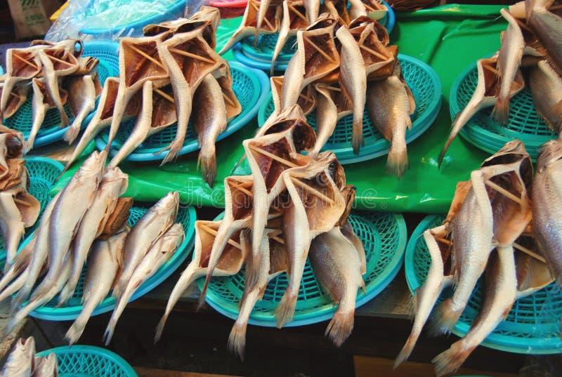 Pescados de mar secados en el mercado de pescados fotografía de archivo libre de regalías