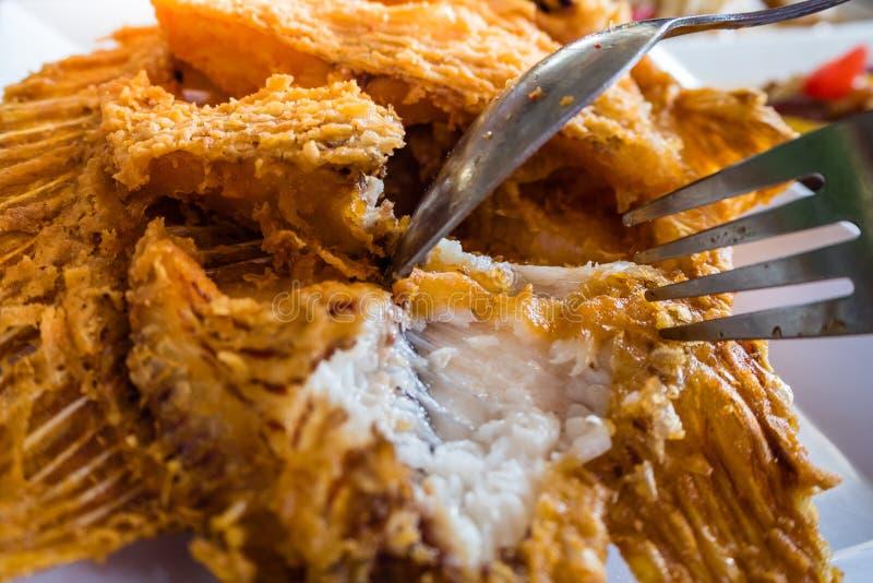 Pescados DE RUBÍES fritos con ajo en la tabla fotos de archivo
