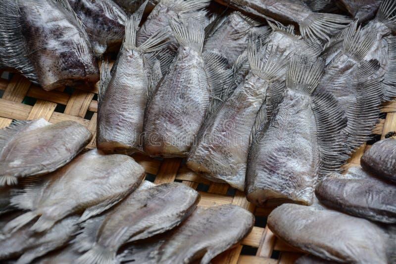 Pescados de sequía del Osphromemus gorami del snakeskin en cesta de trilla imágenes de archivo libres de regalías