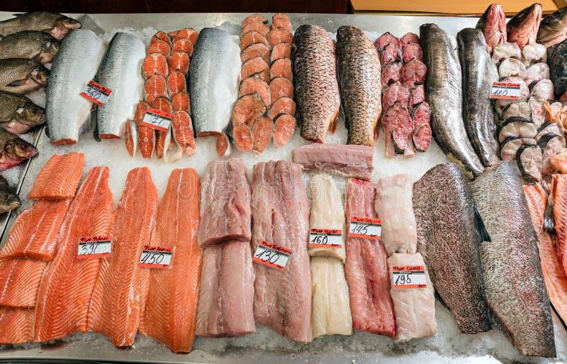 Pescados en el contador en el supermercado imágenes de archivo libres de regalías