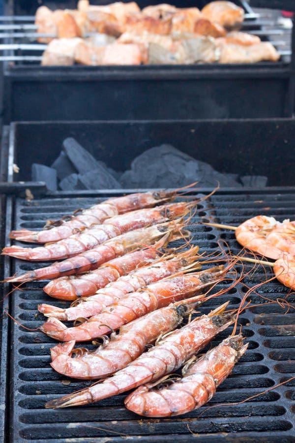 Pescados en la parrilla durante cocinar fotografía de archivo libre de regalías