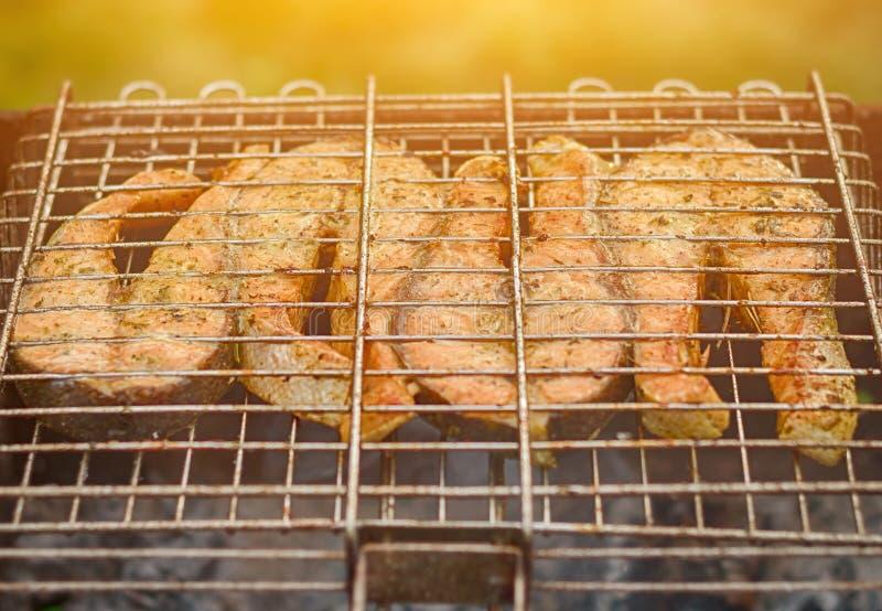 Pescados frescos en el asado a la parilla de los palillos Salmones fritos Turquía imágenes de archivo libres de regalías