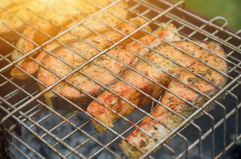 Pescados frescos en el asado a la parilla de los palillos Salmones fritos Turquía fotografía de archivo