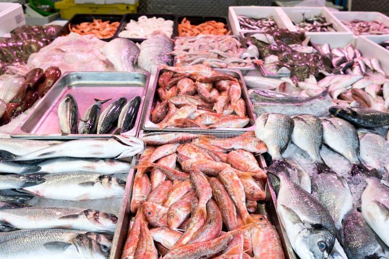 Pescados frescos en el pescadero fotografía de archivo libre de regalías