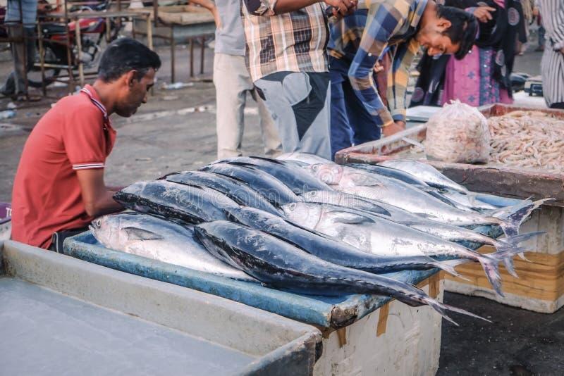 Pescados frescos para la venta en el mercado fotografía de archivo