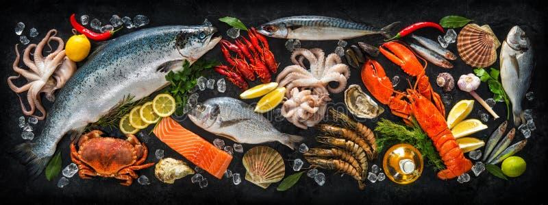 Pescados frescos y mariscos imagenes de archivo