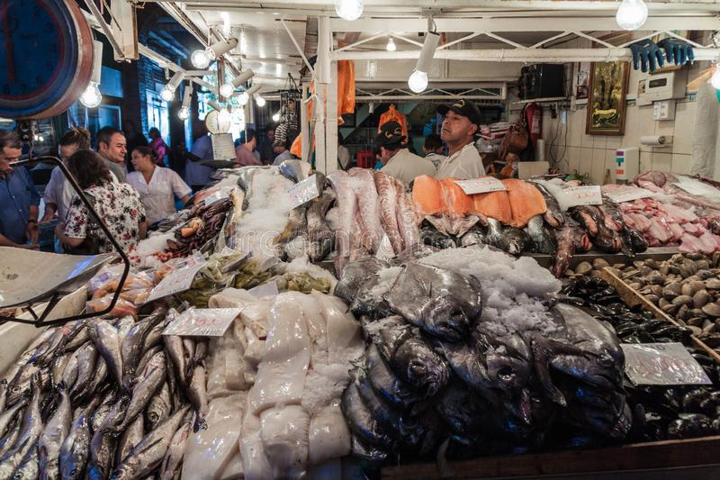 Pescados frescos y mariscos en la central de Mercado fotografía de archivo
