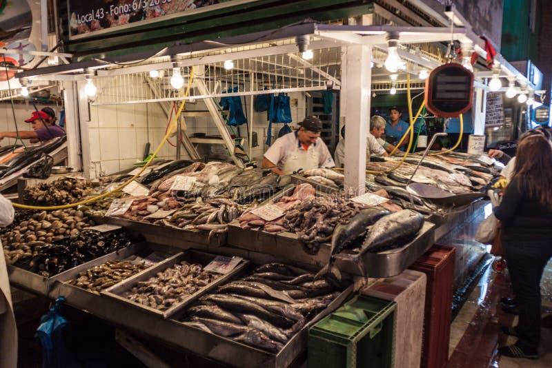 Pescados frescos y mariscos en la central de Mercado imagen de archivo libre de regalías