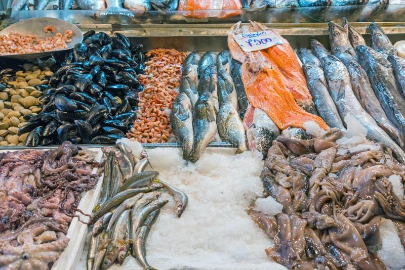 Pescados frescos y mariscos en la central de Mercado en Santiago foto de archivo