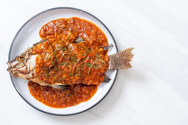 Pescados fritos con la salsa de chile fotografía de archivo