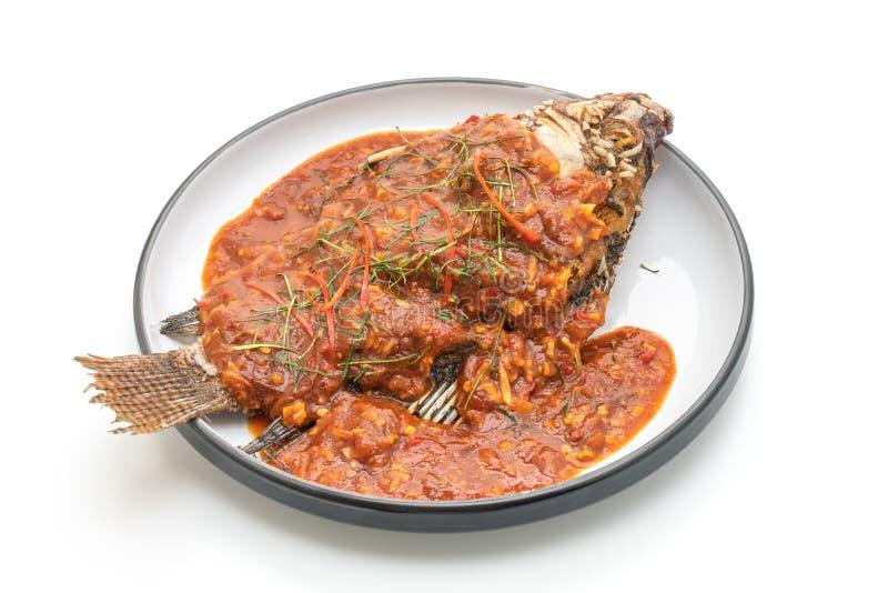 Pescados fritos con la salsa de chile fotos de archivo