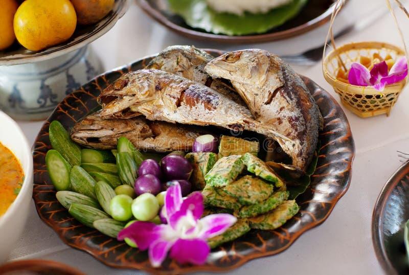 Pescados fritos de la caballa en plato azul Sistema de la salsa y de la verdura de la goma del camarón Alimento tailandés - frita fotografía de archivo