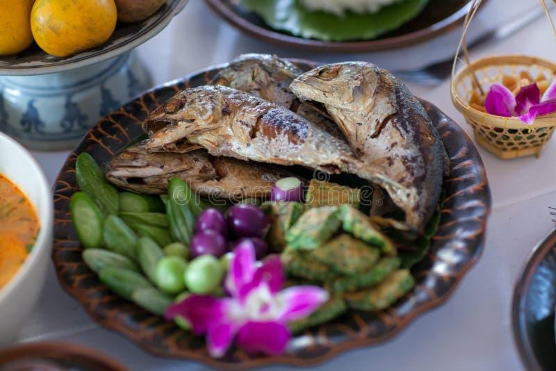 Pescados fritos de la caballa en plato azul Sistema de la salsa y de la verdura de la goma del camarón Alimento tailandés - frita fotos de archivo