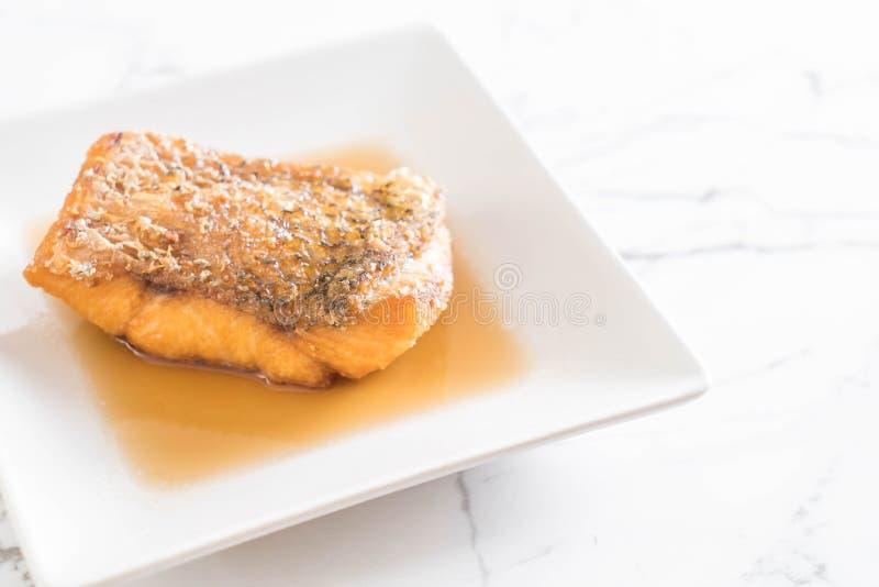 Pescados fritos de los mordedores con la salsa de pescados imagen de archivo