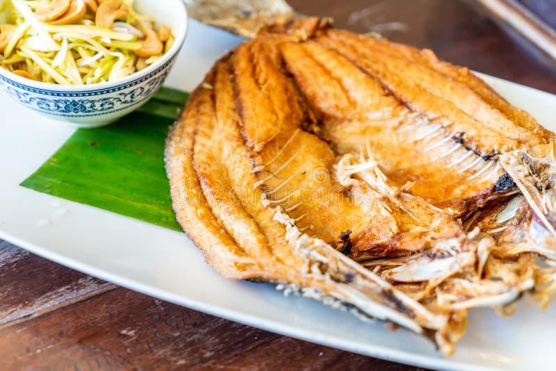 pescados fritos de los mordedores en salsa de pescados imagen de archivo libre de regalías